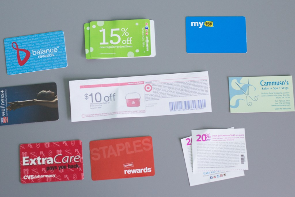 How to organize your coupons and store loyalty inside your purse (on a $5 budget). No more rifling through your purse trying to find the right store loyalty card or coupon. Now you all you cards and coupons will be completely organized!