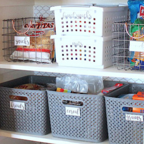 A collection of six useful and creative ways to organize your home's pantry - big or small! - iheartplanners.com