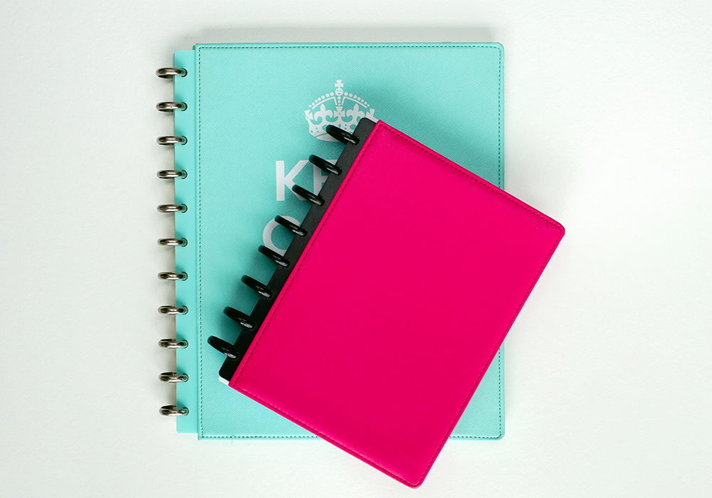 The ultimate guide to discbound planners. I love discbound planners and notebooks because of the flexible binding system without the bulk of the traditional ring binding system. This guide covers the supplies you need (discs, pages, covers, discbound punch), how to put it all together and where to find your discbound supplies.